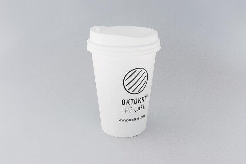 ロゴが印字されたカップ