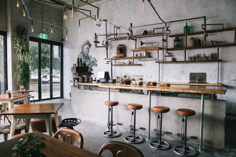 無骨なカフェの内装デザイン