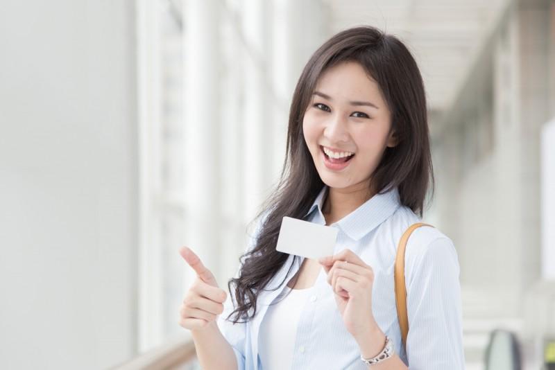 ショップカードを持つ女性