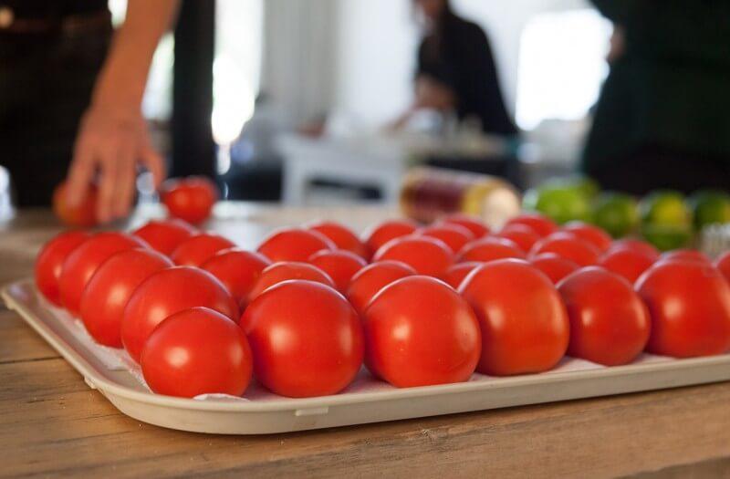 広告の肝となる鮮やかなトマト
