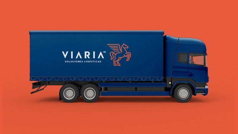 企業ロゴをトラックにラッピング