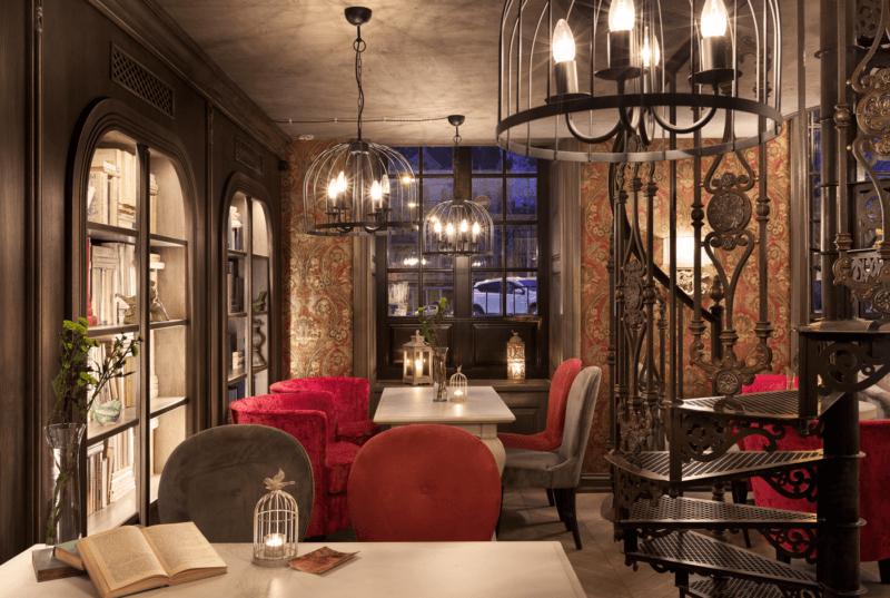 お城のような内装のカフェ