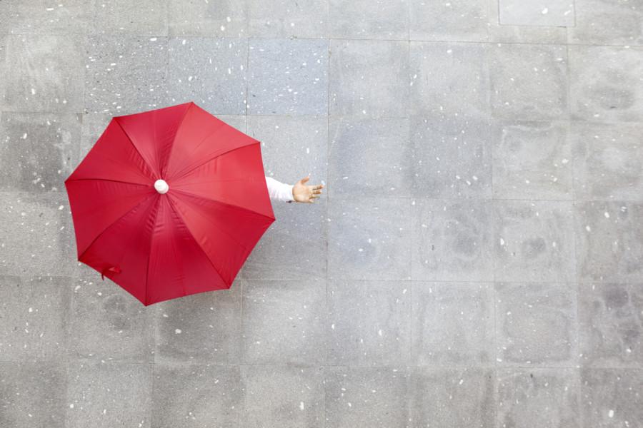 傘が印象的なポスターについて