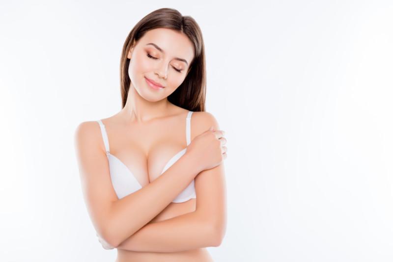 女性の乳房をフィーチャーした広告デザイン