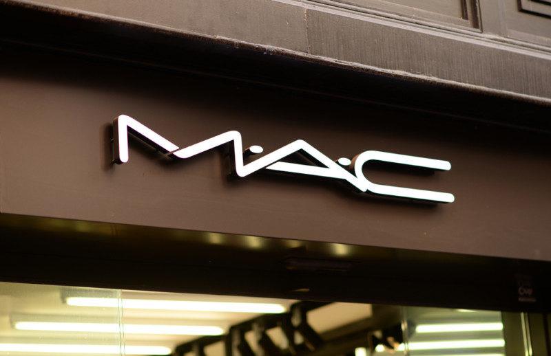 コスメブランド「MAC」のロゴマーク