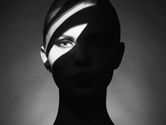 表情の一部を隠したモノクロ写真ポスターについて