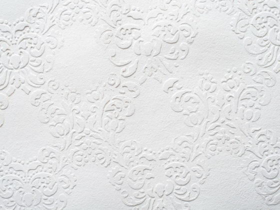 エンボス加工を施した白いカードデザイン