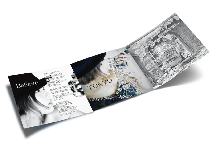 女性アーティストの退廃的なイメージの歌詞カードデザイン_裏