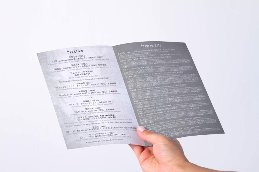アーティストの二つ折りパンフレットデザイン_中面
