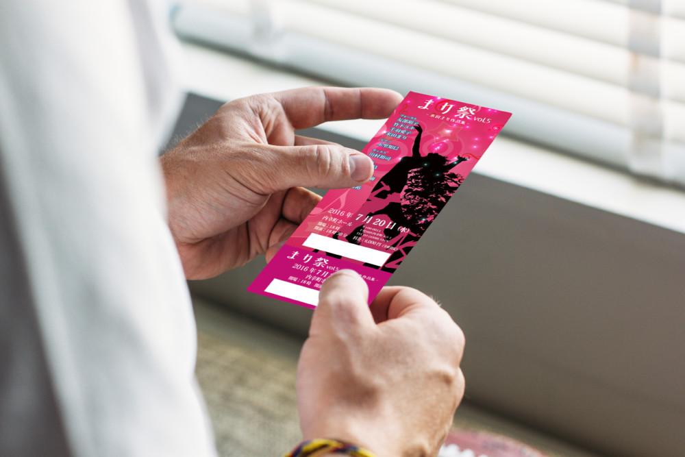 神秘的な女性のシルエットが印象的なコンサートチケット作成例