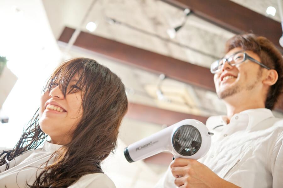 美容師とブローされる女性